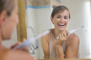 Frau mit strahlenden Zähnen Zahngesundheit Halle