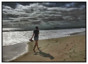Frau mit Smartphone am Pazifik Roger Barz
