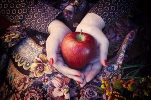 gesunder Apfel in den Händen Zahngesundheit Halle