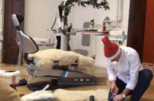 Zahnarzt schmückt festlich seinen Stuhl Zahngesundheit Halle