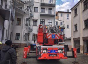 Feuerwehr im Hof Zahnarztpraxis Roger Barz Halle