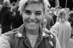 junge Frau lächelt Zahnarztpraxis Roger Barz Halle Saale