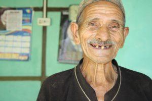 alter Mann ohne Zähne Zahnarztpraxis Roger Barz Halle Saale
