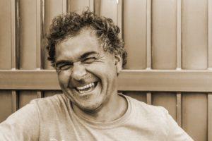 Mann lacht herzlich Zahnarztpraxis Roger Barz Halle Saale