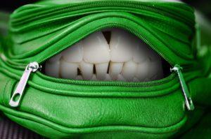 Tasche mit Gebiss Zahnarztpraxis Roger Barz Halle