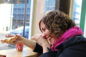 Frau beim Essen Zahnarztpraxis Roger Barz Halle Saale
