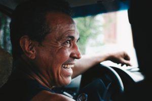 Mann am Steuer lachend Zahnarztpraxis Roger Barz Halle Saale