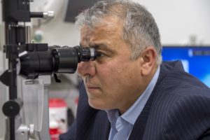 Arzt Mikroskop Zahnarzt Roger Barz Halle
