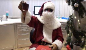 Weihnachtsmann mit Glühwein Zahnarzt Roger Barz Halle