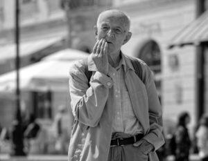 Alter Mann Zahnarzt Roger Barz Halle