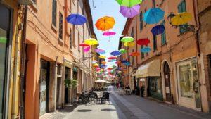 Straße mit bunten Regenschirmen Zahnarzt Roger Barz Halle