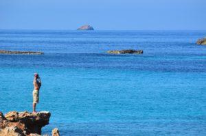 Mann auf Fels Ibiza Zahnarzt Roger Barz Halle