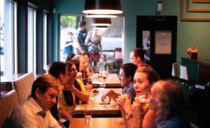 Restaurantbesuch mit Freunden Zahngesundheit Halle