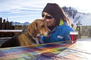 Frau mit Hund  Zahnarzt Roger Barz Halle