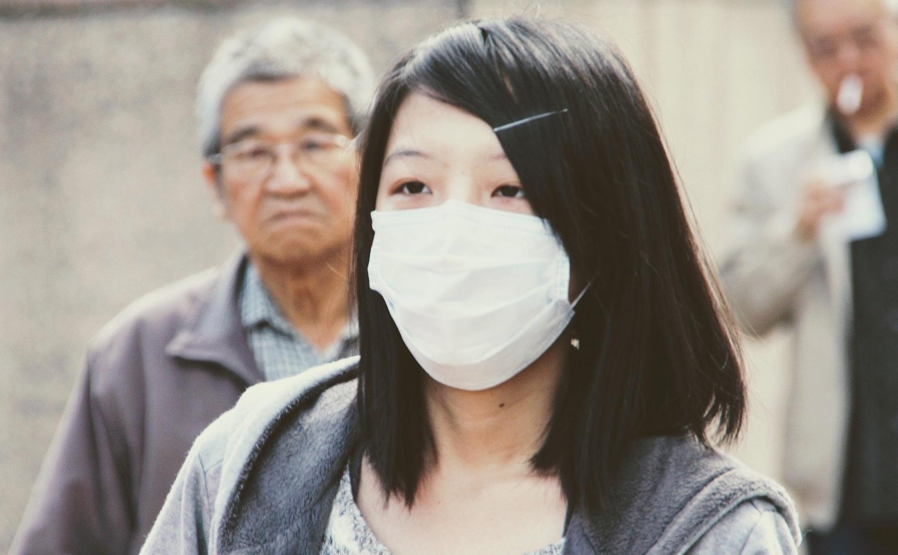 Chinesin Mundschutz Zahnarzt Roger Barz Halle